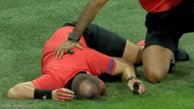 بالصور: زجاجة ماء تشق رأس حكم في مباراة ضمن بطولة الدوري الأوروبي
