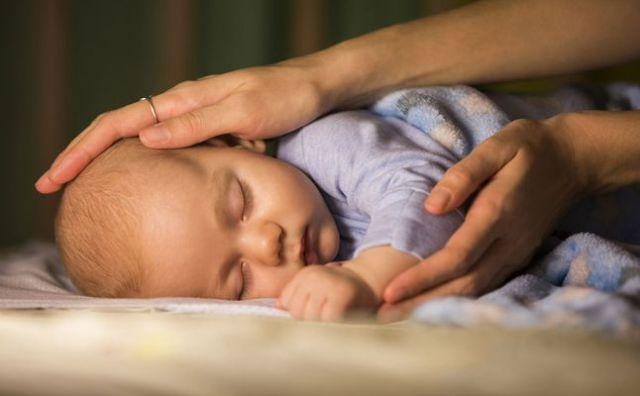 تواجهين صعوبة في حث طفلك على النوم؟ قومي على الأقل بـ4 من هذه الأمور الـ7!