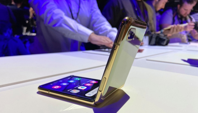 بالفيديو/ سامسونغ تكشف عن 4 هواتف خارقة جديدة: Z Flip قابل للطي، وآخر بـ4 كاميرات، ودقة الكاميرات تصل لـ108 ميغابكسل!