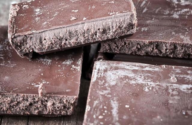 ما هو سبب ظهور البقع البيضاء على الشوكولا؟!
